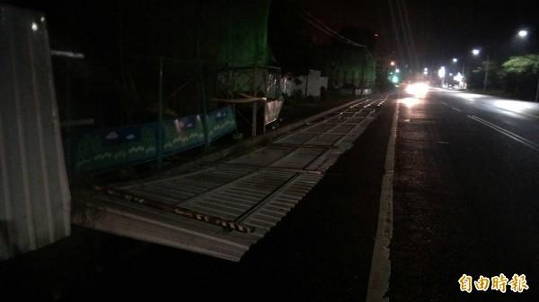 台東市入夜後風勢增強,台東糖廠臨路圍籬被吹垮。(記者王秀亭攝)