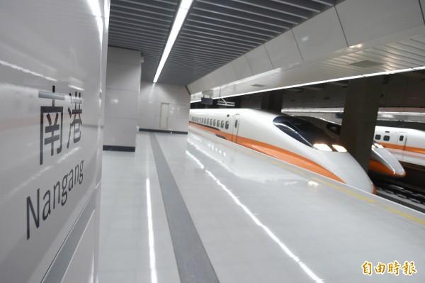 面對強颱來襲,台灣高鐵晚間表示,明天(14日)各車次列車正常發車外,也預估中秋節當天(15日)可望正常營運。(資料照,記者方賓照攝)