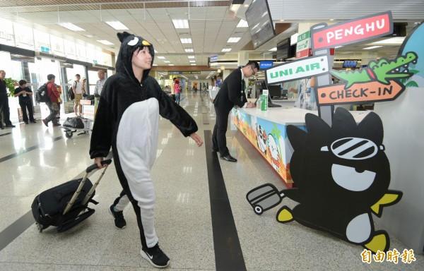 立榮航空酷企鵝渡假機13日首航,可愛的酷企鵝現身台北松山機場與民眾互動。(記者張嘉明攝)