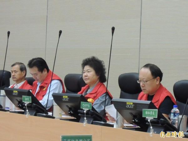 高雄市長陳菊上午主持災防中心會報,副市長史哲(右)首度坐在市長旁參與會議。(記者王榮祥攝)