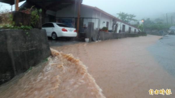 卑南鄉賓朗村8鄰的山坡聚落道路被泥水肆虐。(記者黃明堂攝)