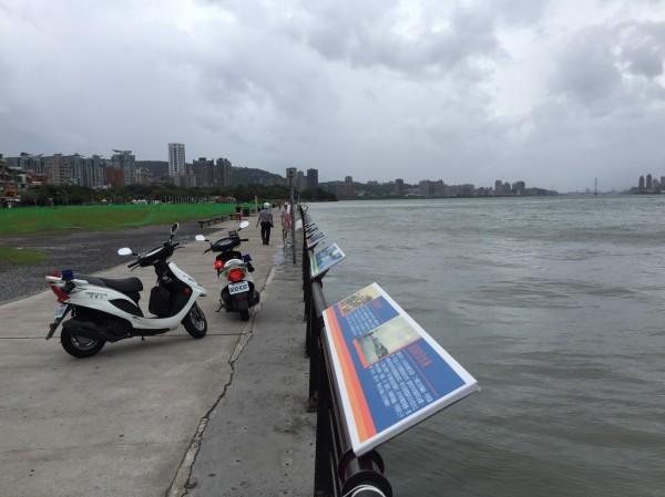 淡水警方加強淡水河沿岸巡邏,並勸離觀浪民眾(記者游承霖翻攝)