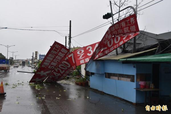 大型招牌被強風吹落,佔據旗楠公路快慢車道,所幸未波及路過人車。(記者蘇福男攝)