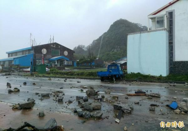 大浪把礁石打上岸,衝破蘭恩大門。(瑪拉歐斯提供)