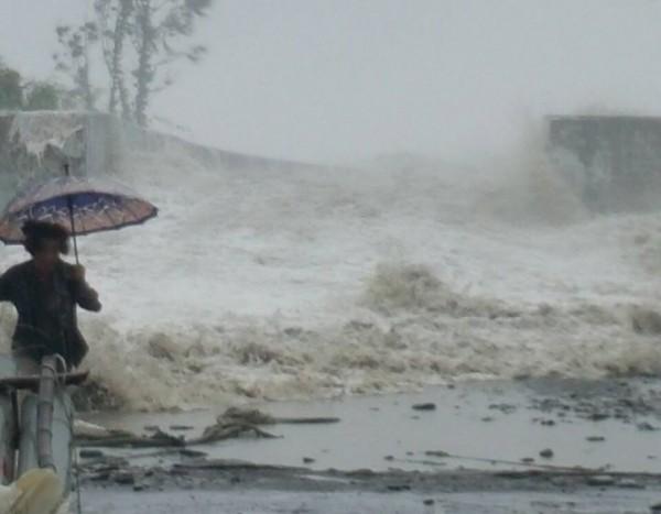 莫蘭蒂發威,台東太麻里鄉三和漁港傳海水倒灌,觀潮民眾驚慌逃生,驚險一瞬。(記者陳賢義翻攝)