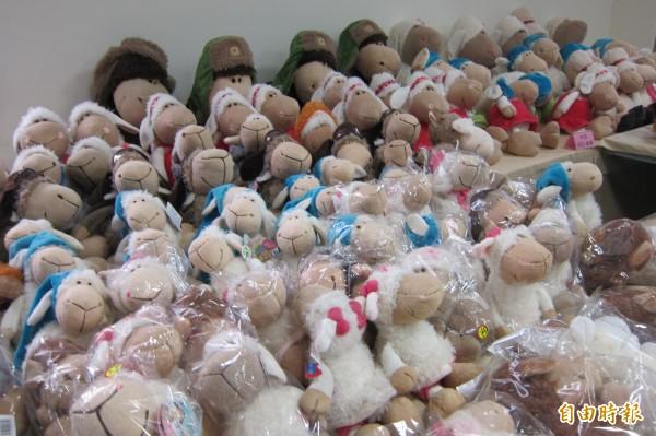 保二總隊偵二隊到清境農場、谷關3家店面搜索,共查扣1000多件仿冒NICI商標的咩咩羊系列玩偶。(記者何宗翰攝)