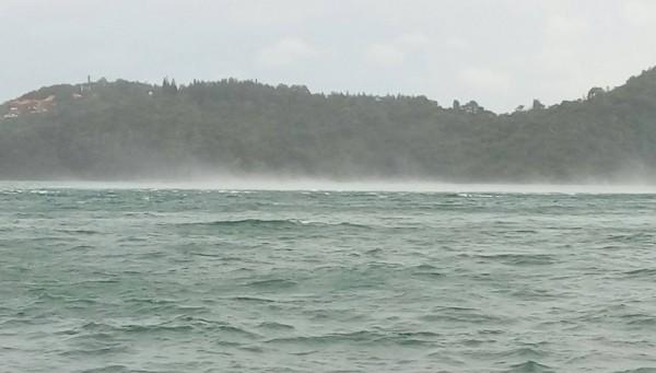 強颱莫蘭蒂襲台,日月潭颳起十級強陣風,潭區水面掀起白浪並伴隨水霧,景象怵目驚心。(記者劉濱銓翻攝)
