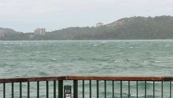 強颱莫蘭蒂襲台,日月潭颳起十級強陣風,潭區水面掀起白浪,遊艇急著返航。(記者劉濱銓翻攝)