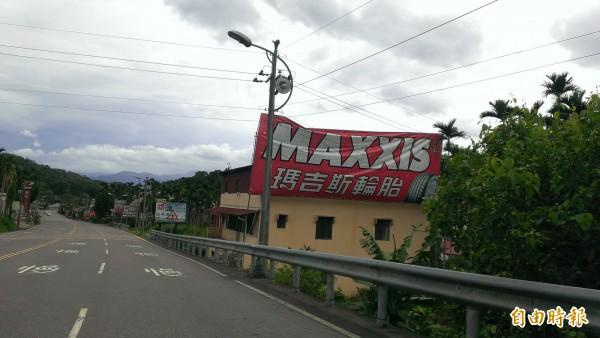 強颱莫蘭蒂襲台,日月潭颳起十級強陣風,聯外道路的大型廣告看板也被吹壞。(記者劉濱銓攝)