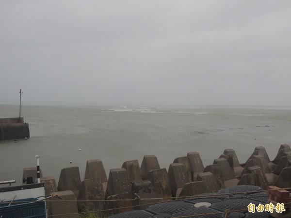 馬公內海風浪還算平穩,但入夜後出現狂風巨浪。(記者劉禹慶攝)