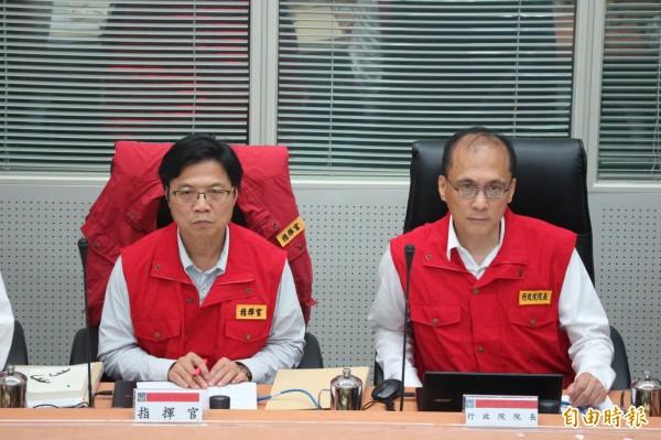 行政院長林全(右)前往中央災害應變中心聆聽院長會報。左為內政部長葉俊榮。(記者陳薏云攝)