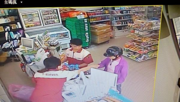 謝姓婦人(右)遭詐騙後到超商領取假的法院公文,店員覺得可疑報警處理。(埔里分局提供)