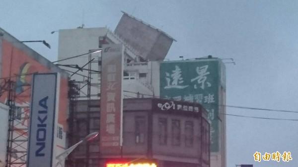 台南北門路上的立方體廣告招牌被吹歪,相當危險。(記者王捷攝)