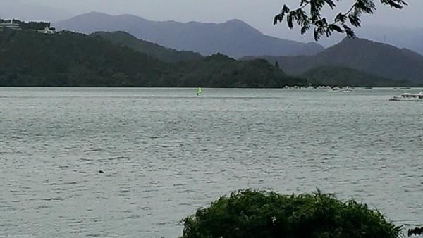 強颱莫蘭蒂襲台,日月潭颳起8級以上強陣風,連遊艇都禁航了,竟有民眾冒險下水玩風帆。(記者劉濱銓翻攝)