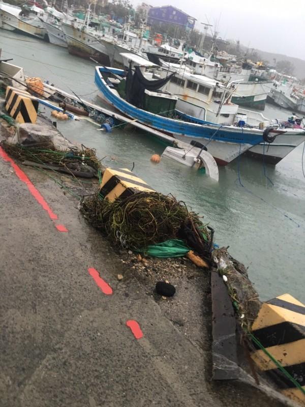 漁船在小琉球港內載浮載沉。(民眾提供)