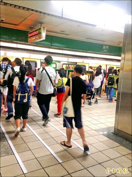 松山新店線至下午5點39分才恢復正常營運,民眾抱怨連連。(記者謝佳君攝)