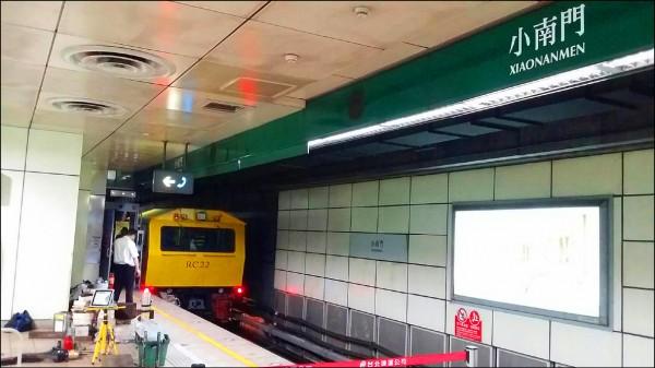 台北捷運一輛軌道維修工程車,昨天凌晨在小南門站脫離軌道。(台北捷運公司提供)