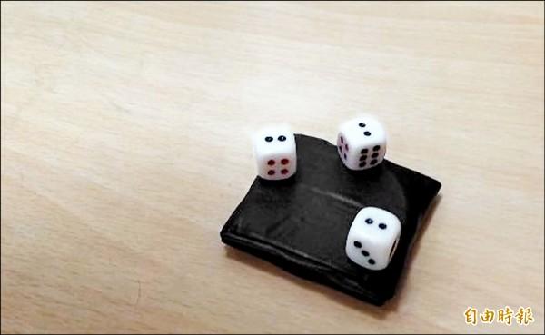 在骰子內加入特殊磁鐵,可靠人為決定骰子數字大小。 (記者王駿杰攝)