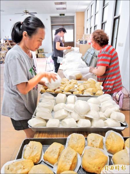 永樂社區婆婆媽媽手工製作饅頭,紮實好吃。(記者張存薇攝)