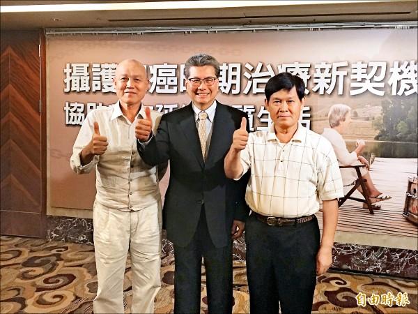 ▲林光亮(左起)、張延驊醫師、蕭文彬共同呼籲,50歲以上男性要定期健康檢查,早發現、早治療。(記者林彥彤攝)