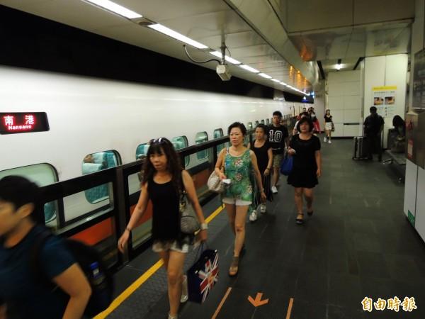 高鐵今下午傳出高雄燕巢路段遭異物入侵架空線,導致所有南下列車僅行駛到台南,據高鐵方面指出,預計台南到高雄區間將停駛至晚間9時,晚間7點則會對外公布最新情形。(資料照,記者黃旭磊攝)