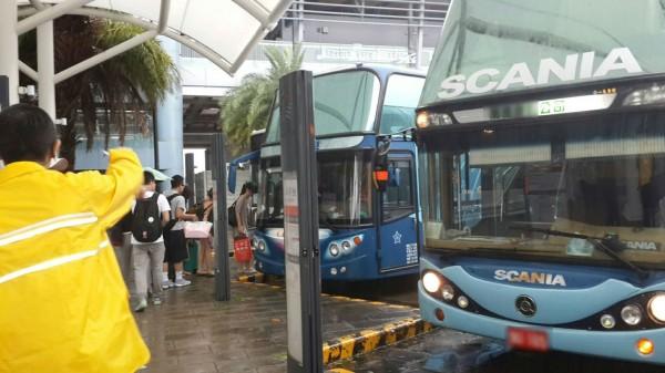 高鐵公司調派多輛遊覽車,啟動接駁工作協助旅客交通運輸。(記者林孟婷翻攝)