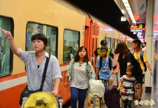 強颱莫蘭蒂暴風圈籠罩南台灣,台鐵宣布今日南迴線、東部幹線全日停駛。(資料照,記者王藝菘攝)