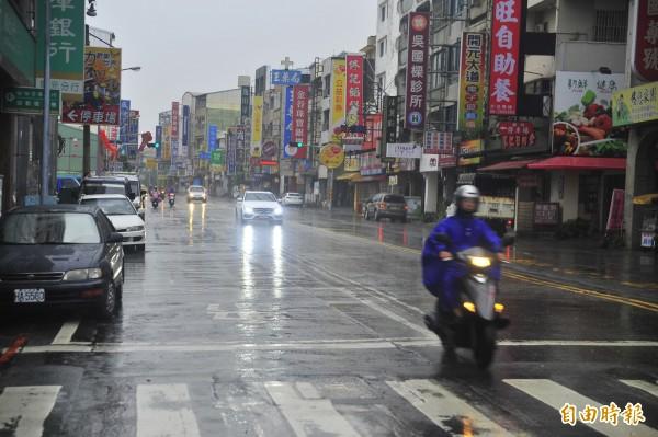 台南上午正常上班上課,不少民眾對市府決策感到不滿。(記者王捷攝)
