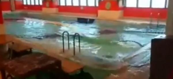 網友14日在臉書「爆料公社」PO出影片,表示高雄85大樓被強風吹到搖晃,室內游泳池劇烈搖晃,有如人造海浪池。(圖擷取自臉書)