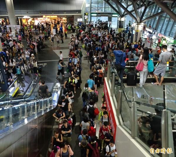 準備搭接駁車、接人的民眾眾多,幾乎快將高鐵台南站擠爆了!(記者林孟婷攝)