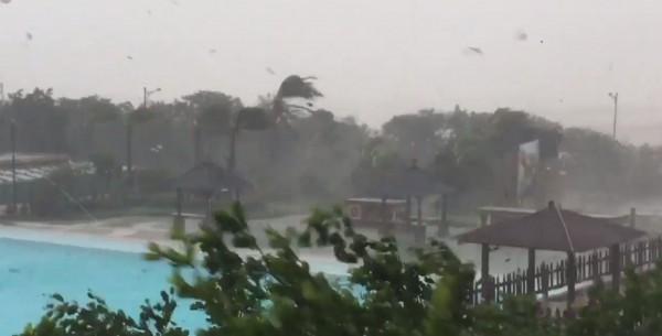 雷諾斯記錄下墾丁狂風暴雨的景象。(圖擷取自James Reynolds Twitter)