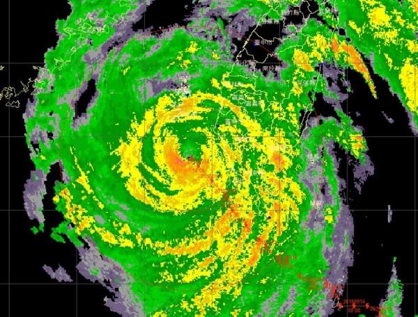 鄭明典指出,莫蘭蒂是極少數進入台灣海峽,還能維持完整眼牆環流的颱風。(圖擷自鄭明典臉書)