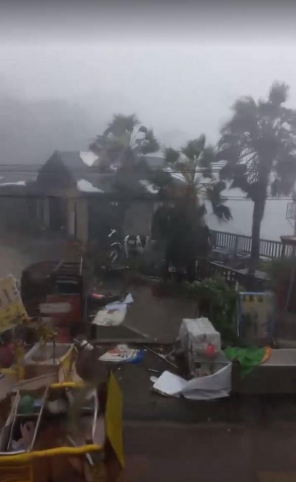 莫蘭蒂肆虐,小琉球狂風暴雨,街頭一片狼藉。(圖擷取自臉書「小琉球聯盟」)