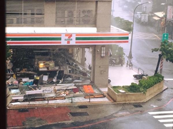 高雄一間便利商店因擋不住強風吹襲,店家的2面玻璃牆竟然硬生生被吹倒,整間店面好像被飛彈炸過一樣狼狽不堪。(圖截自爆料公社)