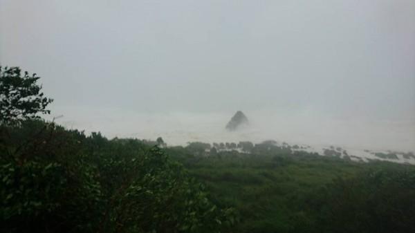 蘭嶼今晨最大陣風一度飆破17級,居民表示,從昨晚風就非常大,一整夜都睡不好。(圖擷取自蘭嶼藍海屋臉書粉絲專頁)
