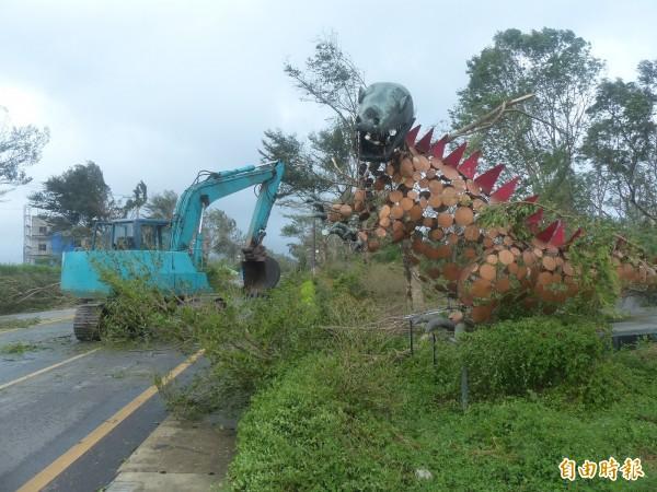莫蘭蒂颱風重創金門,金門鋼雕愛好者吳鼎信打造的「大恐龍」,成了網友形容金門一夜變成「侏儸紀公園」的最佳寫照。(記者吳正庭攝)