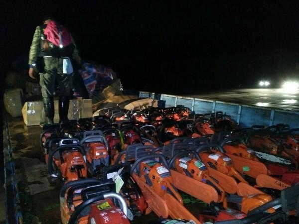 台灣各地支援金門救災的器材晚間順利空運抵金門。(圖由楊鎮浯辦公室提供)