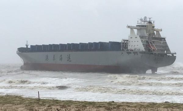 一艘原停在中國廈門「錨泊區」的四萬噸級「港泰台州號」貨輪,因斷錨吹到金門古崗海邊。(圖由讀者提供)