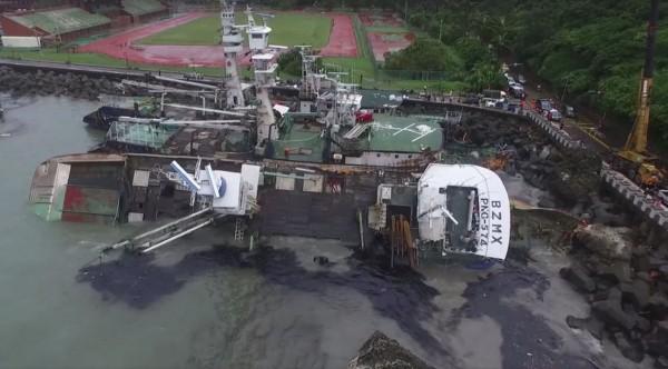 因強颱莫蘭蒂影響,有高雄港的漁船漂到中山大學的操場旁,今天更有網友發現這些漁船已出現漏油狀況。(圖截自臉書社團漂浪島嶼)