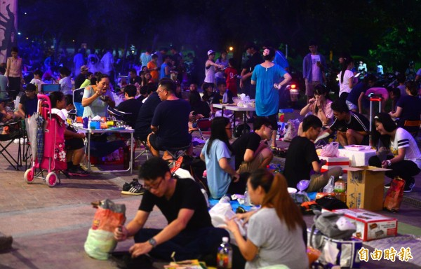 中秋節受颱風影響天氣不穩定,但台北市的河濱公園仍然聚集不少民眾,享受闔家一同烤肉的樂趣。(記者王藝菘攝)