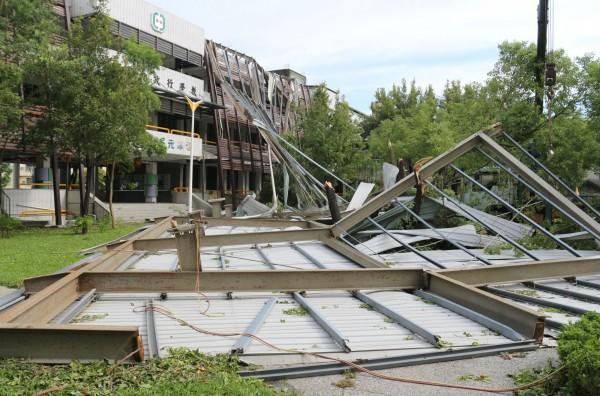鳳山區中正國小行政大樓防水防漏斜屋頂全毀並掉落地面。(記者洪定宏翻攝)