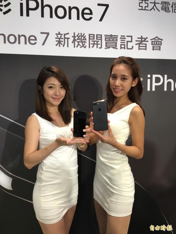 亞太電信服務人員展示iPhone 7 。(記者楊綿傑攝)
