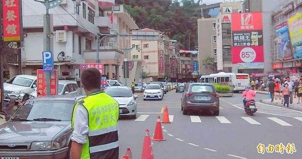 溪頭妖怪村及日月潭湧現觀光人潮,警方在路口進行交通指揮,避免車輛回堵問題發生。(記者謝介裕攝)