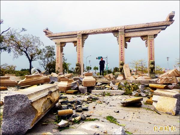 金門靠近莒光湖的金城天后宮石坊,禁不起颶風狂吹,堆疊上方的石塊也被吹落一地。(記者吳正庭攝)
