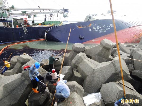 西子灣4艘擱淺漁船,已先成功拖離2艘。(記者黃旭磊攝)
