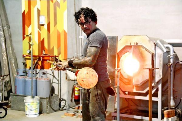 新竹市國際玻璃藝術節「國際玻璃大師–玻璃創作工作坊」,邀請美國玻璃藝術大師史考特.奇可.瑞斯基(Scott Chico Raskey),與台灣年輕學子共同切磋創作。(記者王駿杰翻攝)