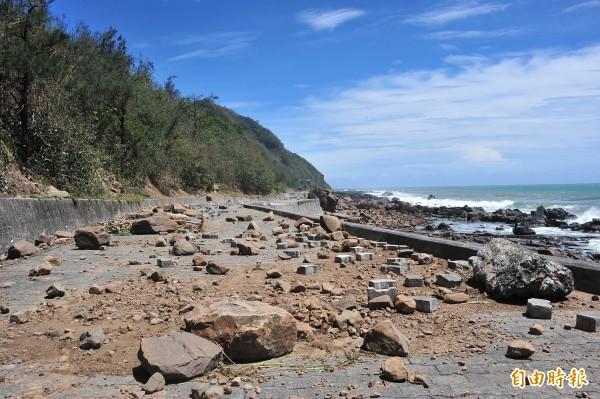 佳樂水車道滿是巨浪拋上的石塊。(記者蔡宗憲攝)