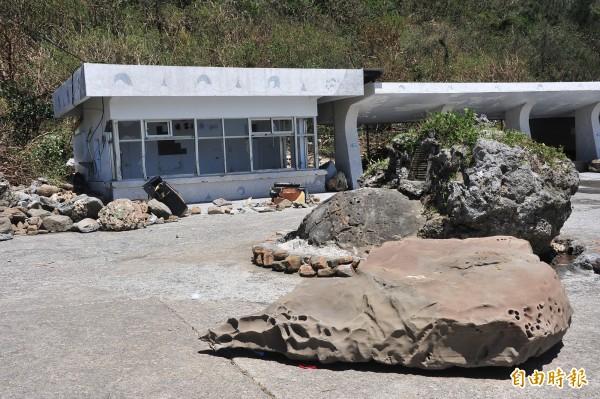 巨浪拋上數噸巨石,佳樂水候車區宛如被炸。(記者蔡宗憲攝)