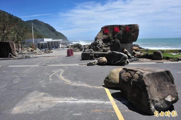 巨浪拋上數噸巨石。(記者蔡宗憲攝)