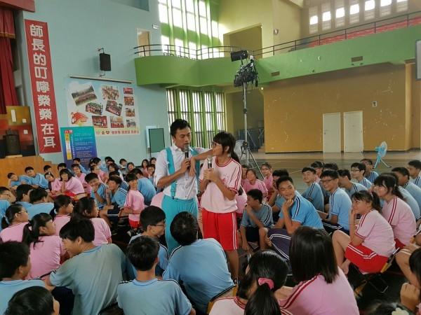 紙風車《少年浮士德》反毒劇在竹市巡演,學子迴響相當大。(記者蔡彰盛翻攝)